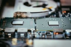 Tecnologie informatiche: Chiuda su di un chip di computer su un circuito fotografia stock libera da diritti