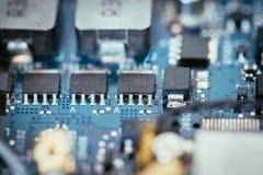 Tecnologie informatiche: Chiuda su di un chip di computer su un circuito immagini stock libere da diritti