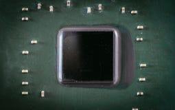 Tecnologie informatiche: Chiuda su di un chip di computer su un circuito fotografia stock