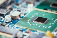 Tecnologie informatiche: Chiuda su di un chip di computer su un circuito fotografie stock