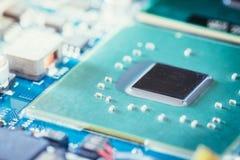 Tecnologie informatiche: Chiuda su di un chip di computer su un circuito immagini stock