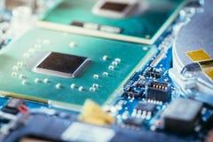 Tecnologie informatiche: Chiuda su di un chip di computer su un circuito immagine stock libera da diritti