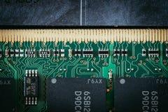 Tecnologie informatiche: Chiuda su di un chip di memoery su un circuito immagini stock libere da diritti