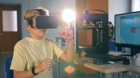 Tecnologie innovarici nell'istruzione Il ragazzo di scuola sta giocando virtualmente essere in vetri 3D stock footage