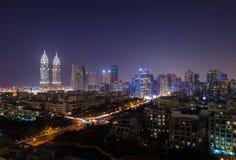 tecom Dubai biznes góruje przy nocą zaświecającą up Fotografia Royalty Free