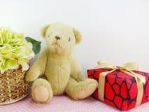 teddy αντέξτε με το δώρο και το όμορφο λουλούδι ανθοδεσμών με το διάστημα αντιγράφων Στοκ Φωτογραφίες