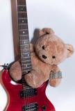 Teddy-αρκούδα στην κόκκινη κιθάρα Στοκ φωτογραφία με δικαίωμα ελεύθερης χρήσης