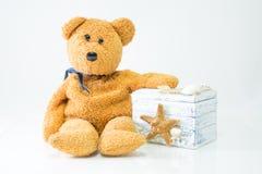 Teddy με το κιβώτιο δώρων στο άσπρο υπόβαθρο Στοκ φωτογραφία με δικαίωμα ελεύθερης χρήσης