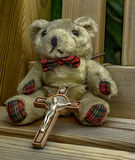 Teddy σε ένα χρώμα πάγκων στοκ εικόνες
