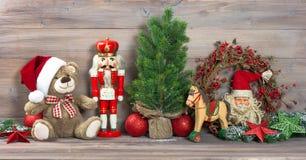Η διακόσμηση Χριστουγέννων με τα παλαιά παιχνίδια teddy αντέχει Στοκ Εικόνες