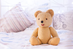 Teddy Bear auf Bett Stockfotos