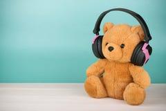 Teddy Bear avec des écouteurs avec l'espace de copie Image stock