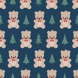 Teddy Bear avec le modèle sans couture d'arbres de Noël sur le fond bleu Photos stock