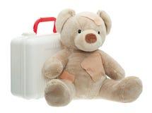 Teddy Bear avec les bandages et la trousse médicale d'enfant photographie stock libre de droits