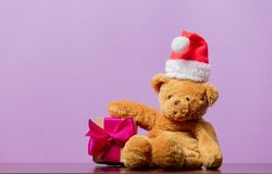 Teddy bear in Christmas hat and gift box Royalty Free Stock Images