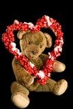Teddy Bear com a grinalda coração-dada forma de bagas vermelhas como um cumprimento Fotos de Stock