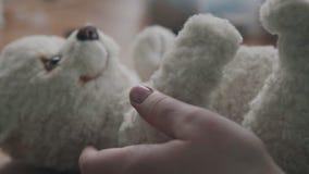 Teddy Bear dans le style de vintage est jouet démodé du 20ème siècle banque de vidéos