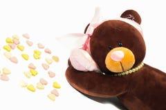 Teddy Bear, der ein Herz auf weißem Hintergrund hält Stockfoto