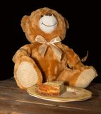 Teddy Bear die Lage cake eten royalty-vrije stock afbeelding