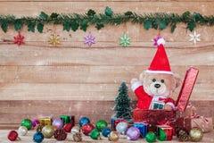 Teddy Bear en Santa Cross Dress con la caja de regalo Fotografía de archivo libre de regalías