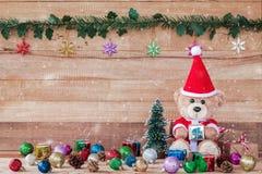 Teddy Bear en Santa Cross Dress con la caja de regalo Imagen de archivo