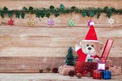 Teddy Bear en Santa Cross Dress con la caja de regalo Fotografía de archivo