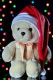 Teddy Bear en un sombrero de Papá Noel, primer Año Nuevo y la Navidad Foto de archivo