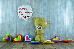 Teddy Bear et coeurs colorés et jour de valentines heureux des mots « Photos stock
