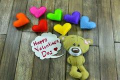 Teddy Bear et coeurs colorés et jour de valentines heureux des mots « Images libres de droits