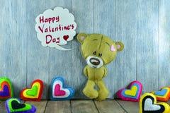 Teddy Bear et coeurs colorés et jour de valentines heureux des mots « Images stock