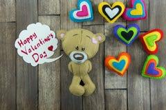 Teddy Bear et coeurs colorés et jour de valentines heureux des mots « Photo libre de droits