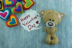 Teddy Bear et coeurs colorés et jour de valentines heureux des mots « Photos libres de droits