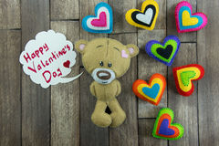 Teddy Bear et coeurs colorés et jour de valentines heureux des mots « Photographie stock