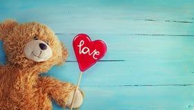 Teddy Bear et Reda Candy Heart mignons sur le fond en bois Photographie stock