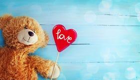 Teddy Bear et Reda Candy Heart mignons sur le fond en bois Photo stock