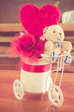 Teddy Bear et un coeur sur en bois, concept d'amour Photographie stock