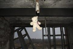 Teddy Bear Hanging In Derelict abandonó a Fie Station Building Imagen de archivo