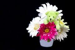 Teddy Bear i blommor Royaltyfria Bilder