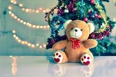 Teddy Bear im Weihnachten und multi farbige Bälle auf Weihnachtsbaum lizenzfreie stockfotografie
