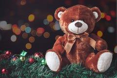Teddy Bear in Kerstmis met Bal en Giftdoos in Onduidelijk beeld Backgroun Royalty-vrije Stock Foto's