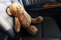 Teddy Bear Lonely Feel In mi coche foto de archivo libre de regalías