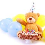 Teddy Bear med födelsedagkakan Arkivfoto