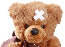 Teddy Bear med korsat bindemedel förbinder på huvudet Arkivfoton