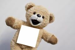 Teddy Bear med tomt anmärkningspapper Arkivbild