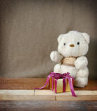 Teddy Bear mignon avec le boîte-cadeau d'or d'élégance Photographie stock libre de droits