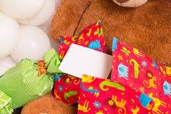 Teddy Bear, presentes envolvidos e balões com cartão branco Imagem de Stock Royalty Free