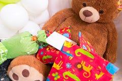 Teddy Bear, presentes envolvidos e balões com cartão branco Foto de Stock Royalty Free