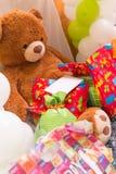 Teddy Bear, presentes envolvidos e balões com cartão branco Fotografia de Stock