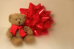 Teddy Bear Sitting Beside een Kerstmisboog Royalty-vrije Stock Foto's