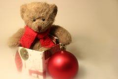 Teddy Bear Sitting uma caixa de presente Fotografia de Stock Royalty Free